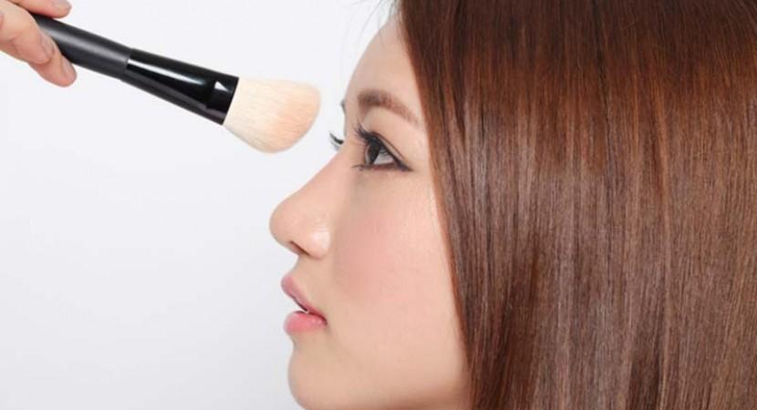 Đánh phấn highlight vùng chữ T là bước đầu tiên trong quá trình make up