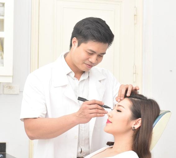 bác sĩ trực tiếp thăm khám, đo vẽ dáng mũi trước khi thực hiện phương pháp nâng mũi Medi-Form