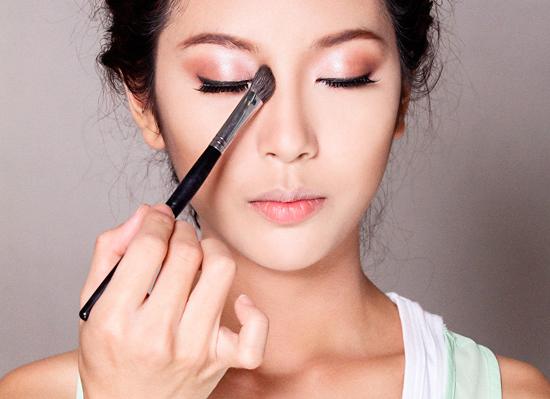 Đánh bọng mắt cũng có thể giúp mũi trông cao hơn