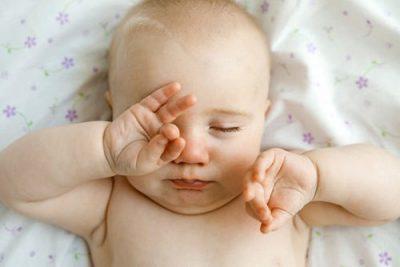 Mắt to mắt nhỏ ở trẻ sơ sinh là gì?